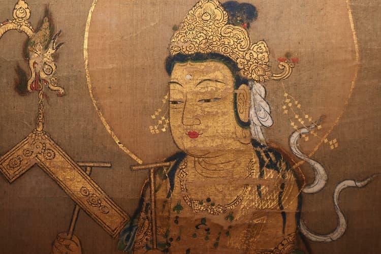 菩薩の肉身に施された金泥がところどころ剝落しています