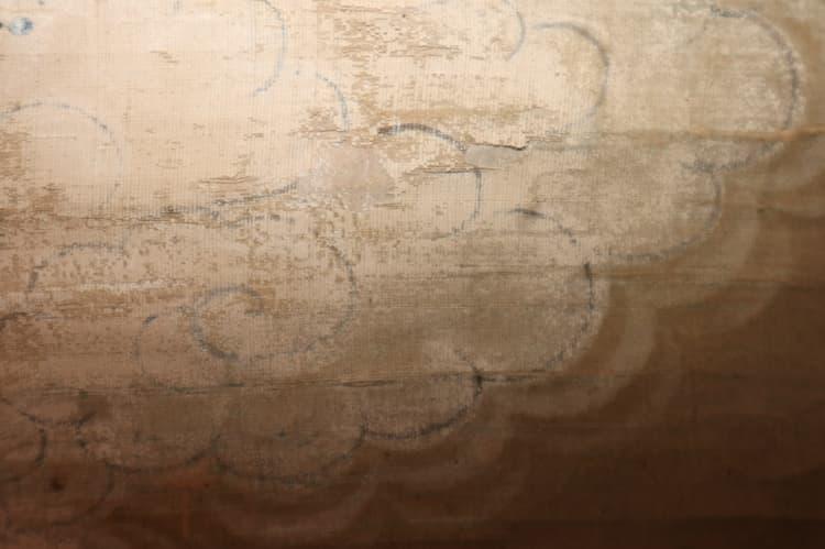 雲の部分に施された白い顔料が剥落し、下書きの線が見えています