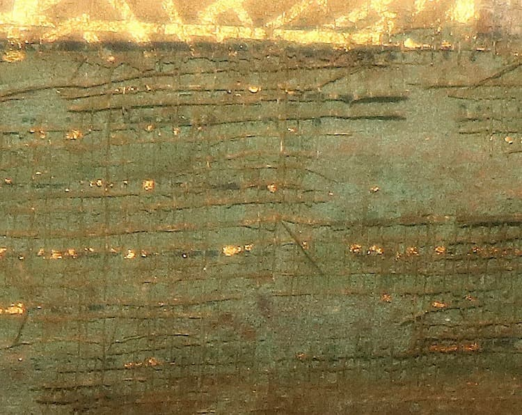 絵絹が欠失して、裏彩色だけが残った肌裏が見えています。