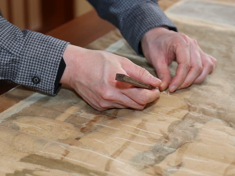印刀を用いて、古い折れ伏せをひとつずつ除去していきます。