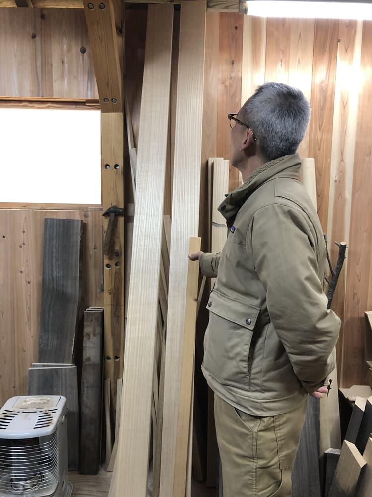 アク抜きを終えた材木は工房の中へ。
