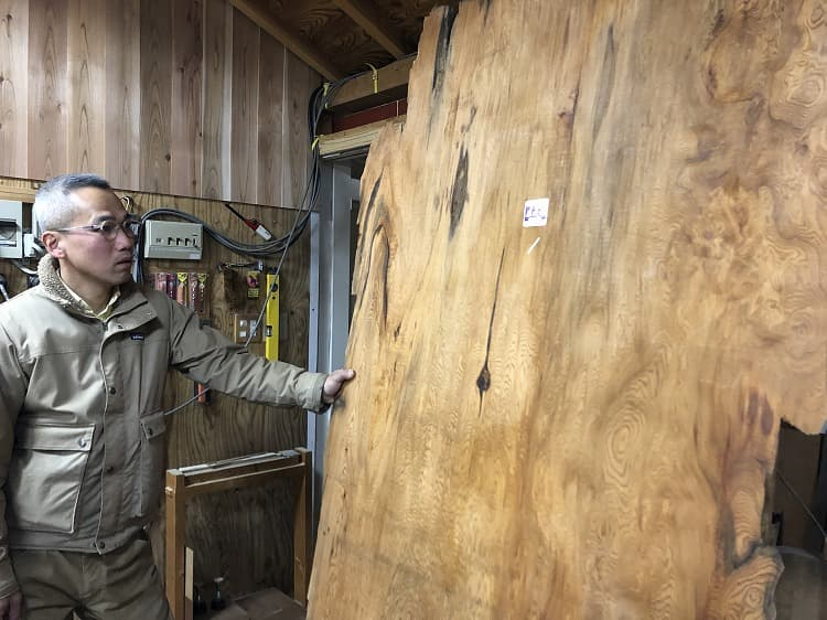 ▲兵働さんの工房には二千年ものの屋久杉もある。