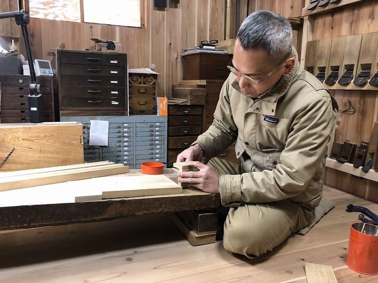 お話を伺った人:兵働知也さん。掛軸などの文化財の保存箱、茶道具などを手掛ける指物師。