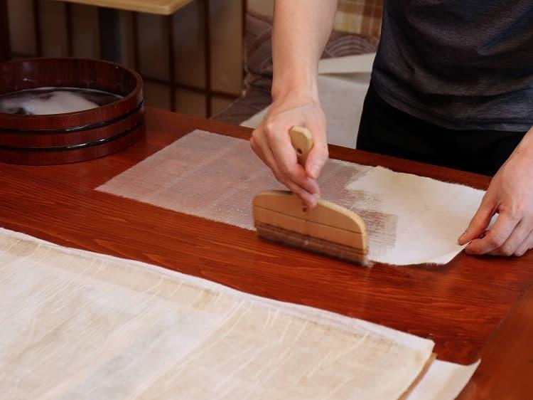 増裏用の美栖紙に古糊を施します。