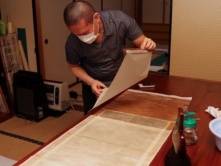 古糊を塗った紙を肌裏の上にそっと置きます。