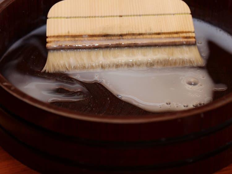 ▲古糊を水で伸ばして用います。