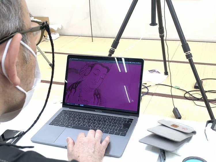二尊院《二十五菩薩来迎図》分析調査:紫外線カメラで撮影した画像をパソコンで拡大し、細部を確認