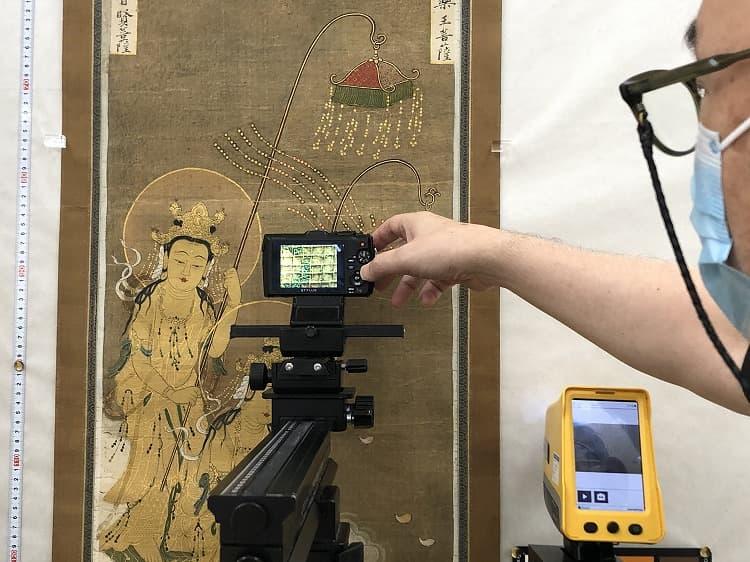 二尊院《二十五菩薩来迎図》分析調査:蛍光X線分析計の測定と、拡大撮影を並行して行います