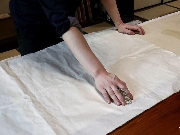 仮張りから剥がしたら、再び、数珠を用いた裏摺りを行います。