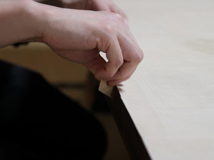 「耳そぎ」を終えたら、細かな紙の繊維をハサミで切ります。