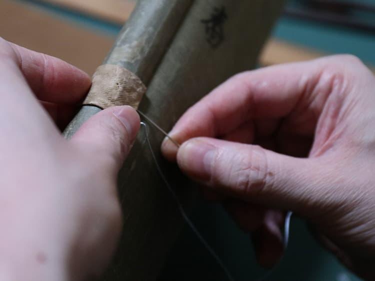 風帯は、上軸の山側に巻き込んで、絹糸で縫い付けます。