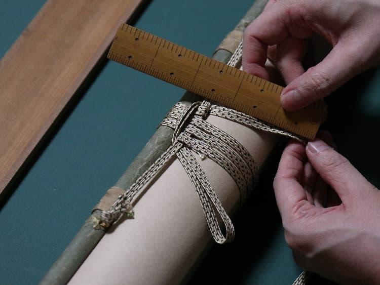 長さを調整しながら、掛緒紐(かけおひも)と巻緒紐(まきおひも)を取り付け。
