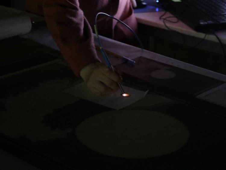 分光測定器は、暗闇で用います。