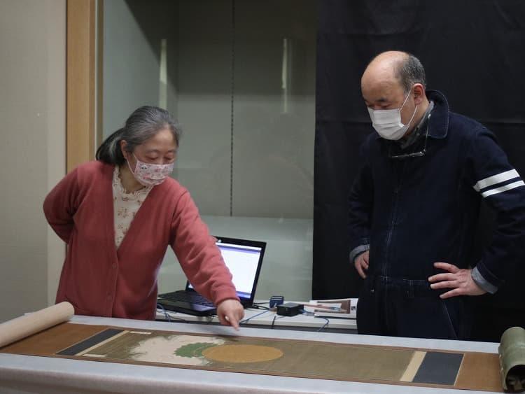 「北1番」を前に、調査結果について話す佐々木先生(左)と仲先生。
